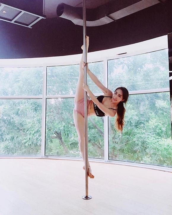 Nữ diễn viên duy trì lập luyện pole dance (múa cột).
