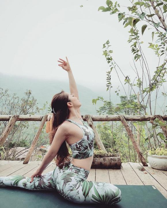 """""""Nhã tiểu tam"""" cũng kiên trì tập các động tác yoga khó."""