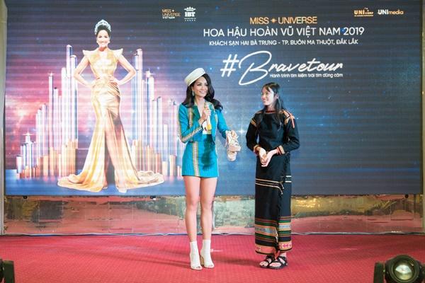 Brave Tour_Thi sinh duoc tang doi giay dac biet (2)