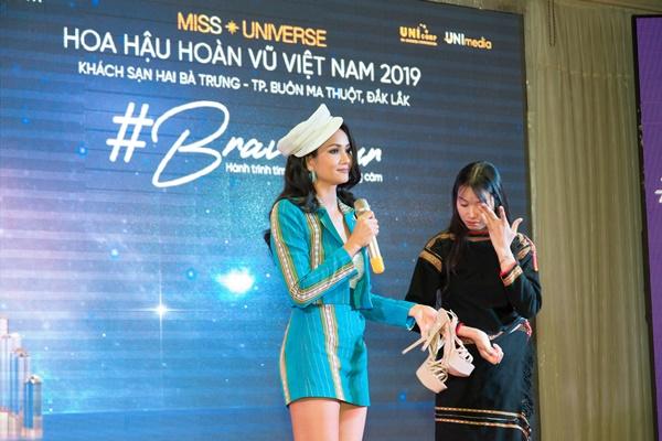 Brave Tour_Thi sinh duoc tang doi giay dac biet (3)