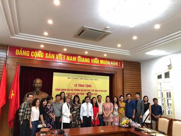 Dàn diễn viên phim 'Về nhà đi con' được Bộ Văn hoá Thể thao - Du lịch tặng bằng khen3