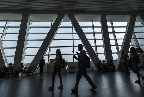 Du khách sẽ phải đóng thuế xuất cảnh sau khi rời Malaysia từ 1-9 - Ảnh: EPA