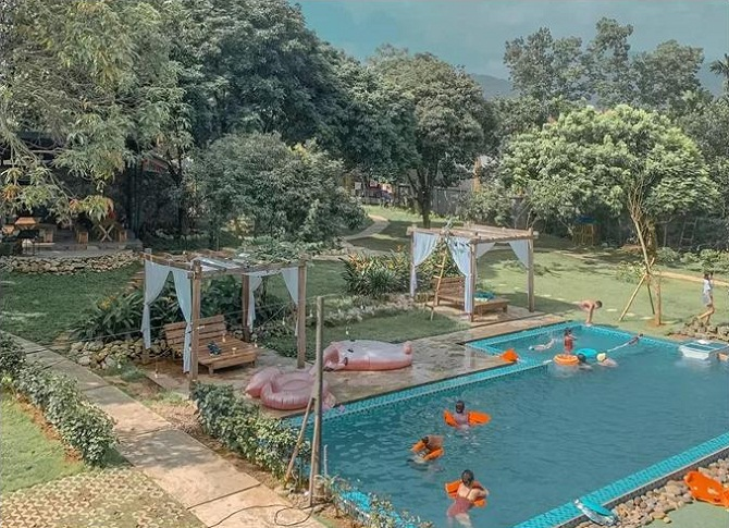 An Vui Lodge có 2 căn villa nằm dưới chân núi Ba Vì, một hồ nước cùng một hồ bơi lộ thiên.