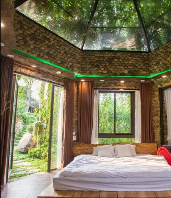 Babylon House được thiết kế theo kiểu nhà kính, trần nhà cũng ốp kính. Ảnh: Luxstay