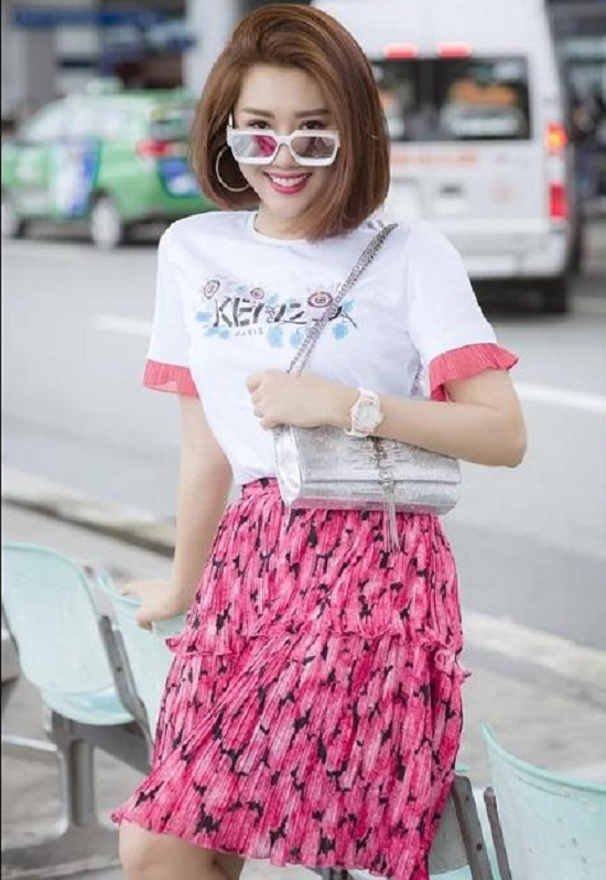 Thúy Ngân phối áo thun Kenzo cùng chân váy hồng ngọt ngào.