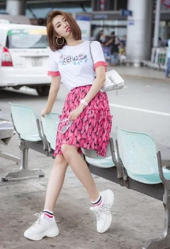 Nàng 'Hân hoa hậu' còn bổ sung loạt phụ kiện hàng hiệu gồm mắt kính, đồng hồ, túi xách, giày sneaker.