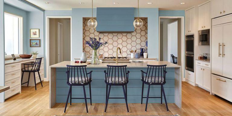 Mẫu thiết kế phòng bếp cao cấp với tông màu tươi sáng khiến không gian trở nên ngập tràn sức sống vui tươi
