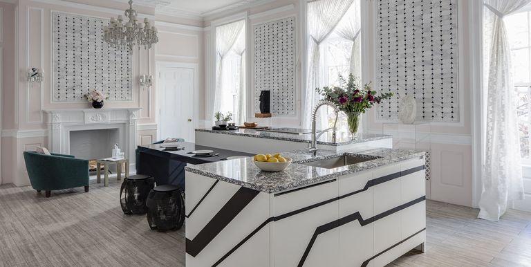 Nét cổ điển được thể hiện bởi đèn chùm pha lê và các vật dụng thiết kế tạo nên vẻ đẹp hoàn mỹ cho phòng bếp.