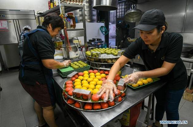 """Nyonya Kuih là loại bánh quen thuộc ở Malaysia, được những người gốc Hoa di cư đến xứ Mã Lai hàng trăm năm trước cải tiến từ loại bánh truyền thống Trung Quốc. Theo tiếng Mã, Nyonya còn được hiểu là cộng đồng Peranakan - những người Hoa sinh sống ở Đông Nam Á. Còn """"kuih"""" là tên của loại bánh này."""