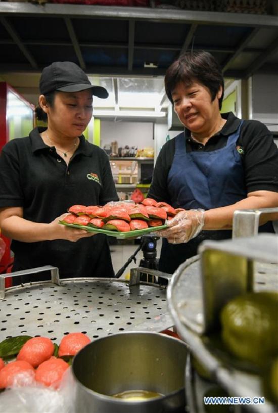 Thực khách có thể tìm thấy món ăn dân dã này ở khắp các khu chợ hay các quán cà phê tại Malaysia. Một trong số đó là tiệm RizCoconut - một tiệm bánh truyền thống ở Kuala Lumpur do một đầu bếp gốc Hoa mở.
