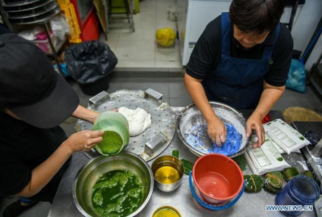 Công đoạn pha chế phẩm màu thủ công từ các loại trái cây, rau củ quả để làm vỏ bánh kuih theo kiểu người Malaysia.