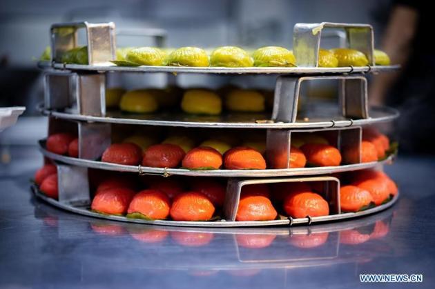 Phần lớn bánh kuih đều có vị ngọt với phần nhân mềm làm từ dừa nạo hoặc đậu xanh. Chúng có mặt trong các lễ hội của Malaysia, Indonesia, Brunei và Singapore như Hari Raya và Tết Nguyên đán.