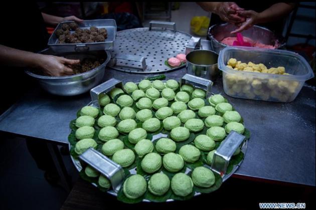 Khi làm bánh, người ta tuân thủ cách nấu ăn mang hơi hướng tâm linh của người Hoa. Đó là hạn chế những lần cắt vụn, thái nhỏ, để tránh những điều không may mắn như ly tán sẽ xảy đến.