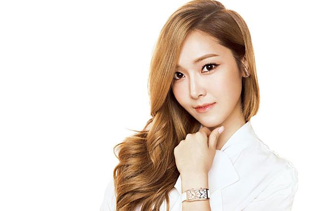 Ăn kim chi: Hầu hết người Hàn Quốc, kể cả những nghệ sĩ nổi tiếng như Jessica Jung đều yêu thích món kim chi. Nữ ca sĩ chia sẻ kim chi có các chất dinh dưỡng và khoáng chất phong phú giúp tăng cường hệ thống miễn dịch. Đặc biệt selen (chất khoáng) trong kim chi giữ cho tóc và làn da khỏe mạnh, sáng bóng. Ăn kim chi mỗi ngày là bí quyết giúp Jessica Jung giữ được mái tóc và làn da tràn đầy sức sống.