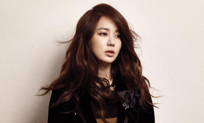 Xả tóc bằng hỗn hợp dầu dưỡng và nước: Ca sĩ kiêm diễn viên Yoon Eun Hye khuyên các bạn gái nên kết hợp nước và 2 - 3 giọt dầu dưỡng tóc để giúp chống lại vấn đề da dầu và tóc chẻ ngọn, giữ độ bóng tự nhiên.