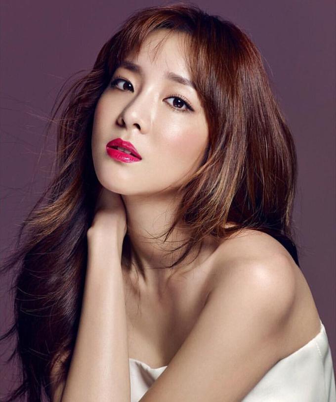 """Đội tóc giả thay vì sử dụng hóa chất: Ca sĩ Sandara (Dara) Park tiết lộ thay vì sử dụng hóa chất và tạo kiểu quá mức để """"biến hóa"""" diện mạo, cô chọn dùng tóc giả. Bằng cách này, giọng ca xữ Hàn vừa có thể liên tục thay đổi vẻ bề ngoài mà không làm tóc bị hư tổn."""