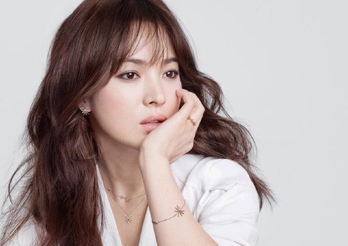 Làm khô tóc tự nhiên hoặc bằng gió mát: Diễn viên Song Hye Kyo chia sẻ nhiệt độ cao từ máy sấy hay các dụng làm tóc là một trong những nguyên nhân gây ra tình trạng tóc giòn, dẫn tới dễ gãy rụng. Vì vậy, người đẹp thường xuyên để tóc khô tự nhiên hoặc sử dụng nấc gió mát ở máy sấy để làm tóc khô nhanh mà vẫn giữ được độ ẩm và bóng, lại dễ dàng tạo kiểu.