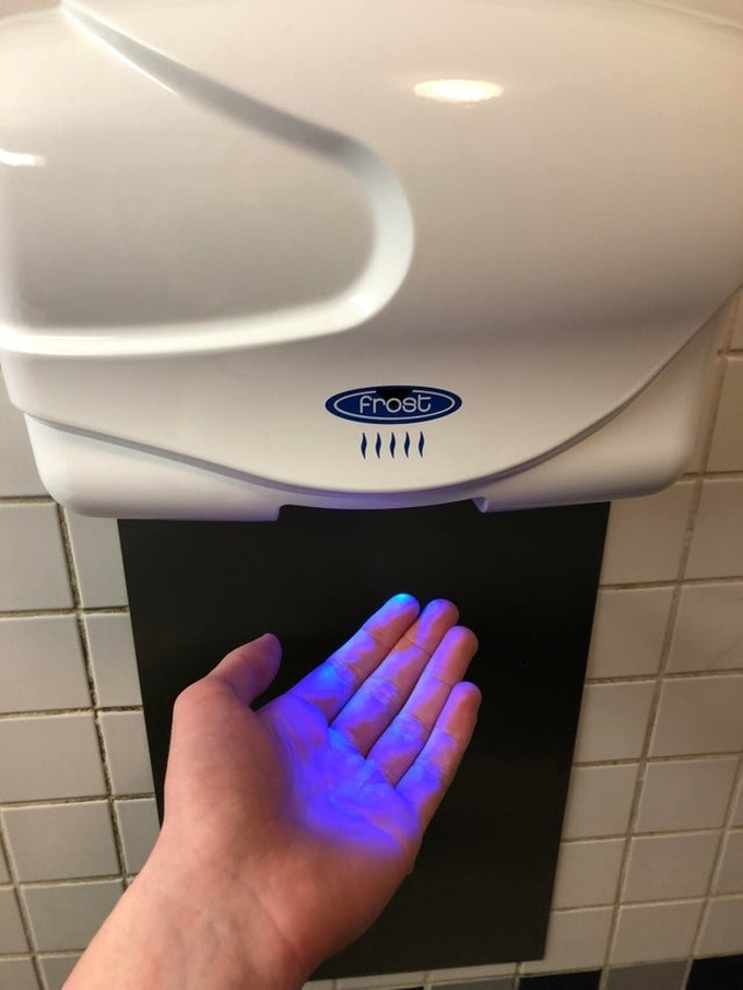 Dùng máy sấy khô tay  Máy sấy tay là giải pháp thân thiện với môi trường hơn khăn giấy nhưng lại không tốt cho sức khoẻ. Máy sấy tay có thể làm lan truyền vi khuẩn trong phòng vệ sinh lên tay, gây ra nhiều mầm bệnh. Tốt nhất, bạn nên dùng khăn giấy hoặc dùng khăn vải.