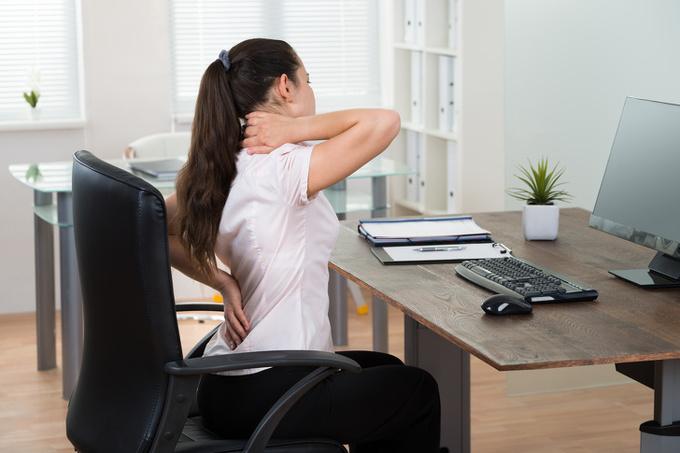 Ngồi cả ngày  Học tập, làm việc có thể khiến bạn thường xuyên phải ngồi một chỗ. Tuy nhiên, thay vì ngồi liên tục hàng giờ liền, bạn nên tích cực vận động sau mỗi 30 phút. Ngồi quá lâu làm tăng nguy cơ mắc bệnh tim mạch, tiểu đường tuýp 2 và béo phì. Nếu công việc không đòi hỏi phải di chuyển nhiều, bạn có thể đơn giản đi ra khỏi chỗ để lấy nước, đi vệ sinh hoặc làm việc vặt để tăng thời gian vận động.