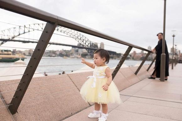 Ca sĩ Thanh Thảo đăng chùm ảnh con gái nhỏ Talia diện đầm công chúa