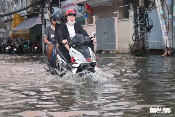 Triều cường gây ngập tại đường Nguyễn Khoái, quận 4, TP.HCM ngày 29-9 - Ảnh: XUÂN MAI