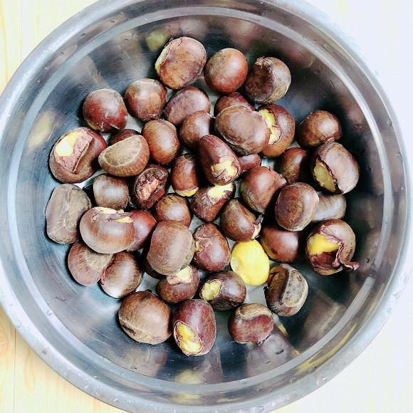- Bước 14: Gọt bỏ vỏ hạt dẻ và rửa sạch để sử dụng.