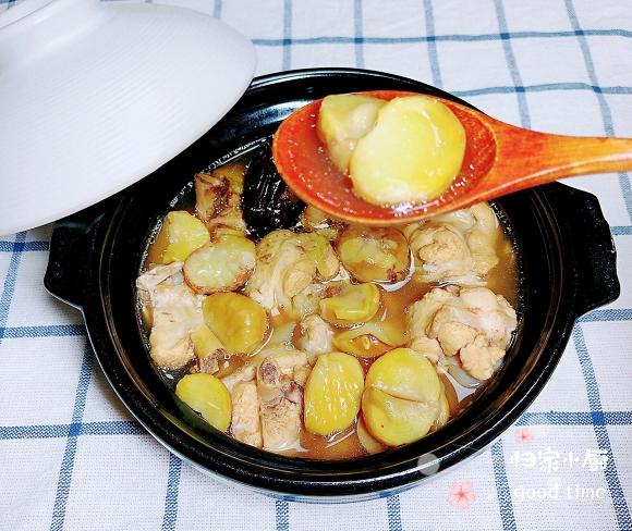 - Bước 18: Gà sau khi gầm sẽ có vị hơi ngọt, hòa quệt với hương vị bùi bùi của hạt dẻ khiến món ăn trở nên mềm, thơm và rất ngon.