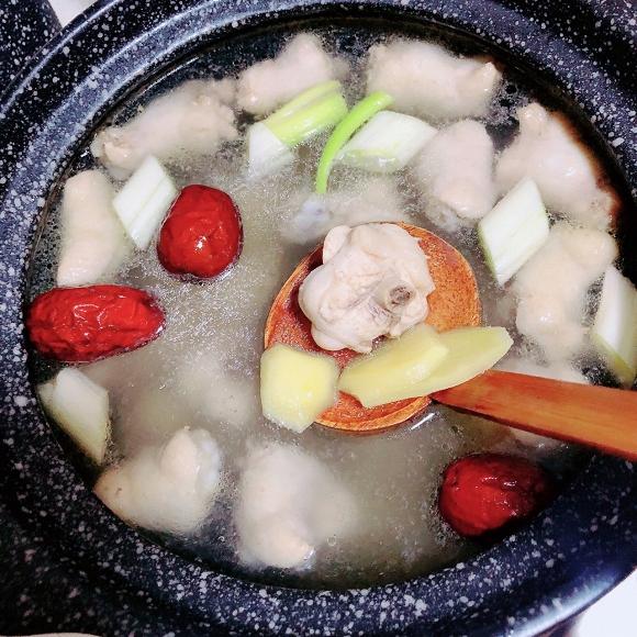- Bước 9: Thêm rượu nấu ăn, dầu hào, nước mắm, muối.
