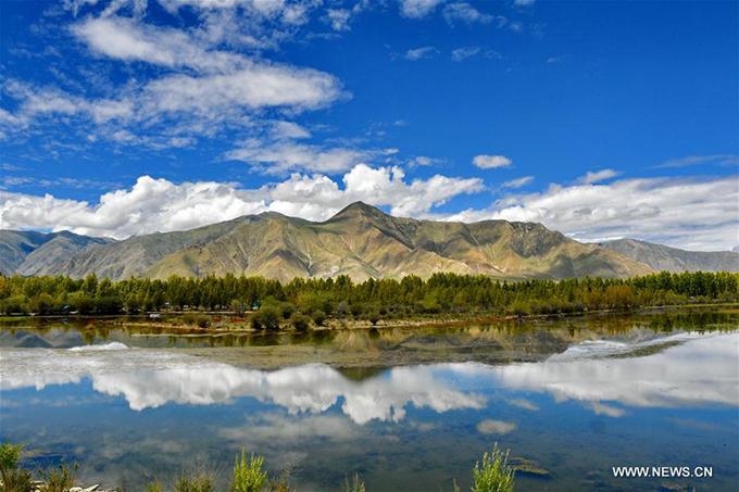 """Hồ sinh thái Kim Sắc hay hồ Vàng ở huyện Dagze, thành phố Lhasa, khu tự trị Tây Tạng là một trong những danh thắng đẹp nổi tiếng ở phía Bắc Trung Quốc. Tên của hồ có nghĩa là """"màu vàng"""", nhằm ca ngợi khung cảnh hồ vào mùa thu in bóng những rặng cây vàng rực, lãng mạn như tranh."""