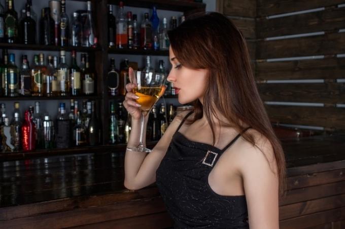 Sức đề kháng thấp với đồ uống có cồn  Đồ uống có cồn là thức uống nguy hiểm với phụ nữ bởi sức đề kháng thấp với alcohol có thể gây ra các bệnh lý về gan hay tổn thương chức năng não.