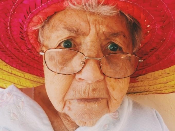 Phụ nữ sống lâu hơn Trung bình, tuổi thọ của nữ giới cao hơn nam giới 2 - 3 năm.
