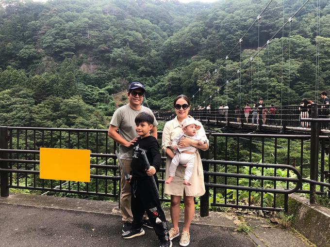 Trước khi bé Cà Phê bước vào năm học mới, gia đình Thanh Thúy - Đức Thịnh đã có chuyến du lịch đến Nhật Bản, tham quan các tỉnh miền Trung xứ sở mặt trời mọc là Ibaraki và Tochigi. Đây cũng là chuyến xuất ngoại đầu tiên của cu Tết - con trai út của hai người - khi bé mới được 6 tháng tuổi.