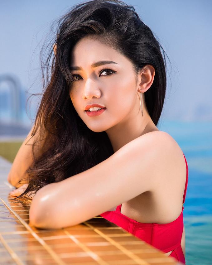 Thanh Tú sinh năm 1994, đăng quang Á hậu 1 Hoa hậu Việt Nam 2016. Tháng 12/2018, cô lên xe hoa và đón bé trai đầu lòng hồi tháng 6. Khi có thời gian rảnh rỗi, Á hậu thường xuyên chia sẻ các tip làm đẹp và mỹ phẩm được cô 'tín nhiệm' trên trang cá nhân.