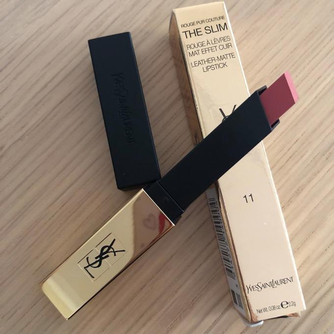 Mã màu 11 - Ambiguous Beige của YSL Rouge Pur Couture The Slim khá được lòng Thanh Tú thời gian gần đây. Sản phẩm có thiết kế hình vuông, mảnh với lớp vỏ màu vàng kim sang chảnh. Chất son nhẹ, mềm môi và có khả năng giữ màu được đánh giá cao. Giá tham khảo: 950.000 đồng
