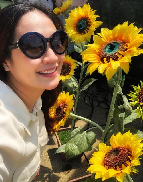 """Điểm dừng chân đầu tiên của gia đình là lễ hội hoa hướng dương Mashino. """"Cả đoàn ai cũng háo hức, nghĩ đến việc được tung tăng giữa thiên nhiên, đặc biệt là lần đầu tiên được tận mắt sờ, chạm, chụp sống ảo cùng hoa, Thúy mê lắm vì trước giờ toàn xem hoa trên báo"""", Thanh Thúy chia sẻ. Nhưng thời tiết mùa hè ở Nhật khá khắc nghiệt, 12h trưa nắng chói chang. Vì mệt sau chuyến bay dài và lo cho sức khỏe bản thân và hai con nhỏ, nữ diễn viên quyết định dừng chân ở siêu thị gần đó, khám phá nhiều loại nông sản địa phương. Cô chỉ ước cả chiếc xe bus là của mình để chở hết đồ trong siêu thị vì đồ vừa tươi, vừa sạch."""