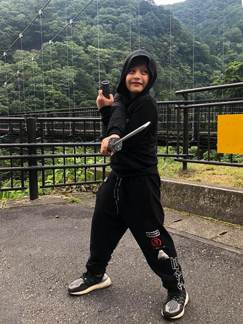 """Thời tiết những ngày đầu chuyến đi dường như không ủng hộ. Điểm dừng chân tiếp theo là công viên Edo wonderland và sông Daiya nổi tiếng ở thành phố Nikko. Nhưng chuyến tham quan """"bớt vui"""" đôi chút vì trời mưa tầm tã. Cả nhà trú mưa trong quán ăn và để cu Tết ngủ, sau đó mới ra chụp hình và đi dạo loanh quanh."""