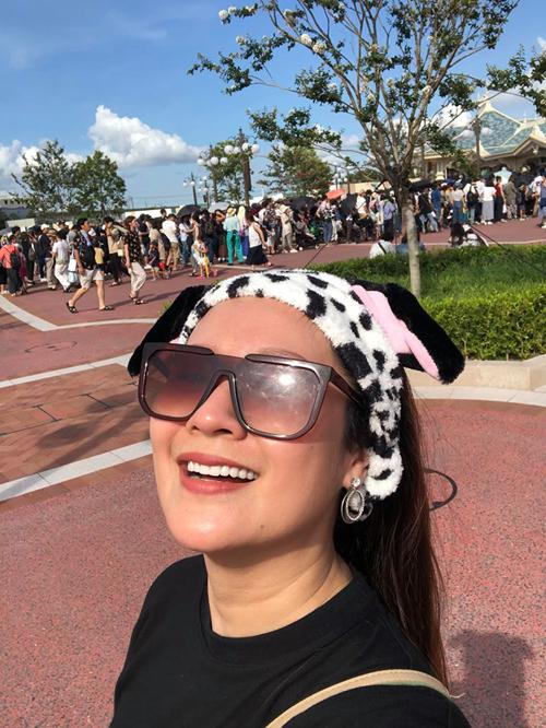 """Điểm đến không thể bỏ qua của những gia đình có con nhỏ chính là công viên Disneyland. Thanh Thúy chia sẻ: """"Điều thú vị ở đây là không chỉ trẻ con mà cả người lớn lẫn người già đều yêu thích. Thiên đường giải trí này có đủ loại hình vui chơi, từ cảm giác mạnh, cảm giác bay bổng trở về với tuổi thơ cho tới cảm giác cute của lứa tuổi teen. Đến Disneyland, bạn sẽ như được hồi xuân trở về bầu trời tuổi thơ ngay tức khắc, vì đâu đâu cũng thấy sắc màu rực rỡ, mọi thứ đều đáng yêu khủng khiếp""""."""
