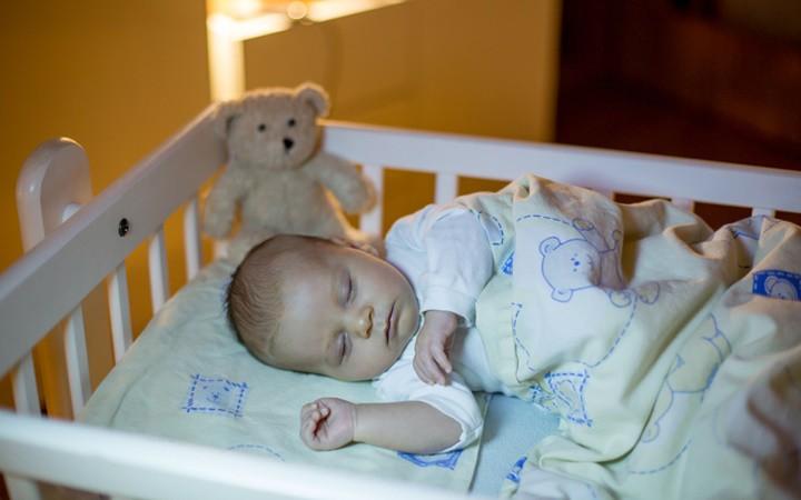 """Tập thói quen """"tắt đèn đi ngủ"""" cho bé. Bố mẹ có thể lắp bộ chỉnh sáng cho đèn phòng ngủ và tập cho bé giờ giấc sinh hoạt."""