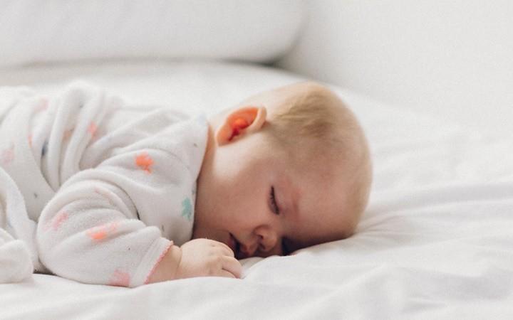 Điều tối kỵ là không đánh thức bé khi đang ngủ vì nó sẽ tạo thành thói quen ngủ dở giấc. Nhưng trong trường hợp bé ngủ quá giờ hoặc để lỡ bữa ăn quá lâu, thì cha mẹ vẫn nên đánh thức bé dậy.