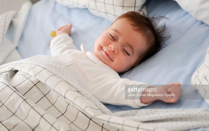 Điều chỉnh nhiệt độ trong phòng. Theo bác sĩ người Mỹ Alan Green, nhiệt độ tối ưu cho giấc ngủ của bé dao động từ 18-21 độ C. Giữ nhiệt độ trong phòng hợp lý sẽ giúp bé ngủ nhanh hơn.