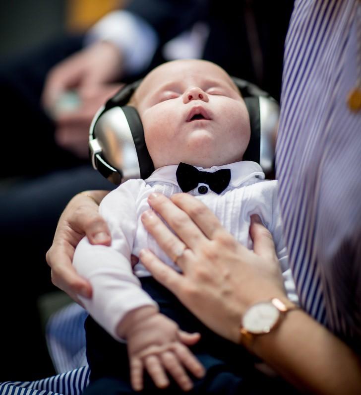 Từ khi ở trong bụng mẹ bé đã quen với các âm thanh, do vậy hãy chọn âm thanh phù hợp để bé cảm thấy dễ chịu và dễ ngủ hơn.
