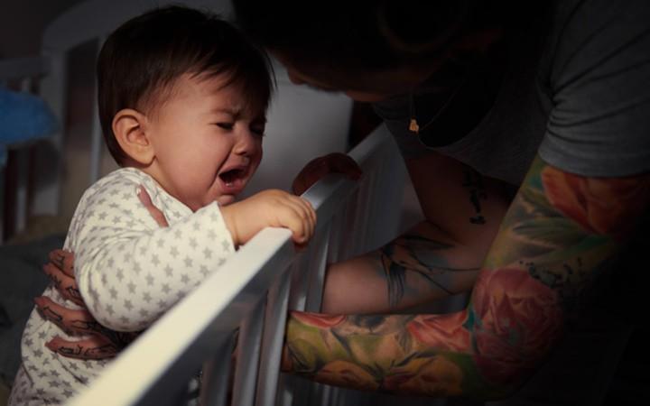 Giao tiếp bằng mắt là điều đầu tiên trẻ học khi ra đời. Quá trình giao tiếp bằng mắt giúp bé nhận biết thế giới xung quanh và làm tăng nhịp tim của bé. Do đó, nhìn vào mắt bé khi bạn ru bé ngủ sẽ khiến bé muốn thức hơn.