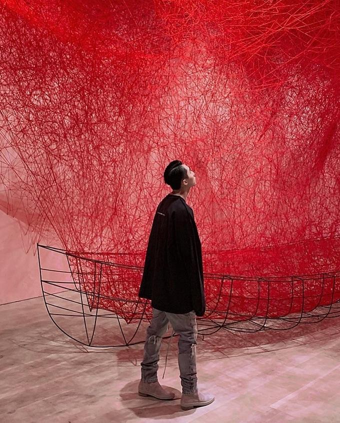 Sơn Tùng chiêm ngưỡng triển lãm The Soul Trembles (Linh hồn trừng phạt) của nữ nghệ sĩ Shiota Chiharu, người được biết đến qua các buổi biểu diễn và triển lãm phi vật thể về ký ức, sự lo lắng, giấc mơ, sự im lặng... Lần này, cô đến Mori với mong muốn truyền tải trải nghiệm run rẩy trong tâm hồn hay những điều bắt nguồn từ cảm xúc không tên... tới người xem. Chiếc thuyền chở đầy sợi dây màu đỏ, tượng trưng cho sợi chỉ đỏ của số phận theo quan niệm ở Đông Nam Á.