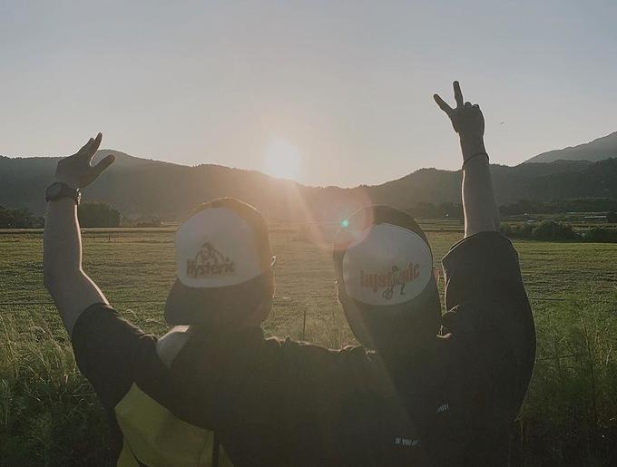 Sơn Tùng chụp hình cùng cậu em 18 tuổi dưới ánh mặt trời ở một vùng quê sau khi rời thủ đô Nhật Bản.