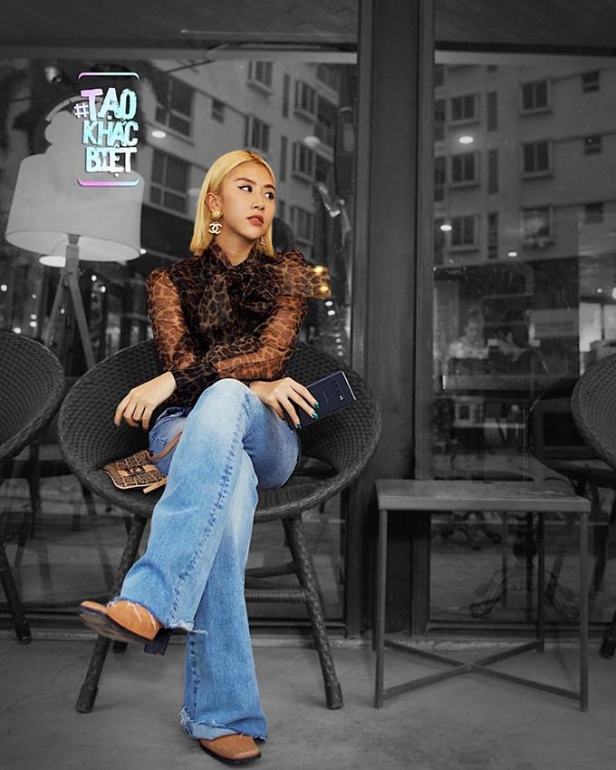 Vốn chuộng phong cách retro, fashionista Quỳnh Anh Shyn diện áo xuyên thấu thắt nơ, in họa tiết da báo mix với quần jeans ống loe.