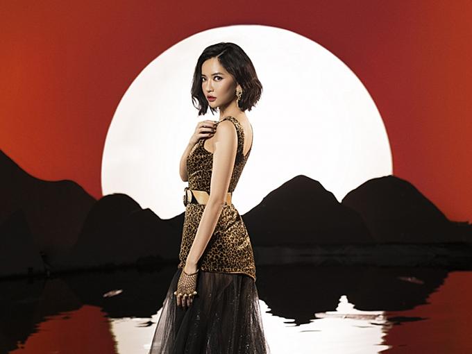 Không kém cạnh các đàn em, ca sĩ Bích Phương mặc váy da báo mix thắt lưng to bản, đính đuôi xuyên thấu trong MV mới ra mắt.