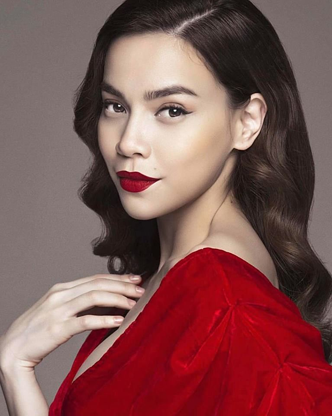 Khi trang điểm với son đỏ quyến rũ, người đẹp hạn chế trang điểm mắt và tạo khối.