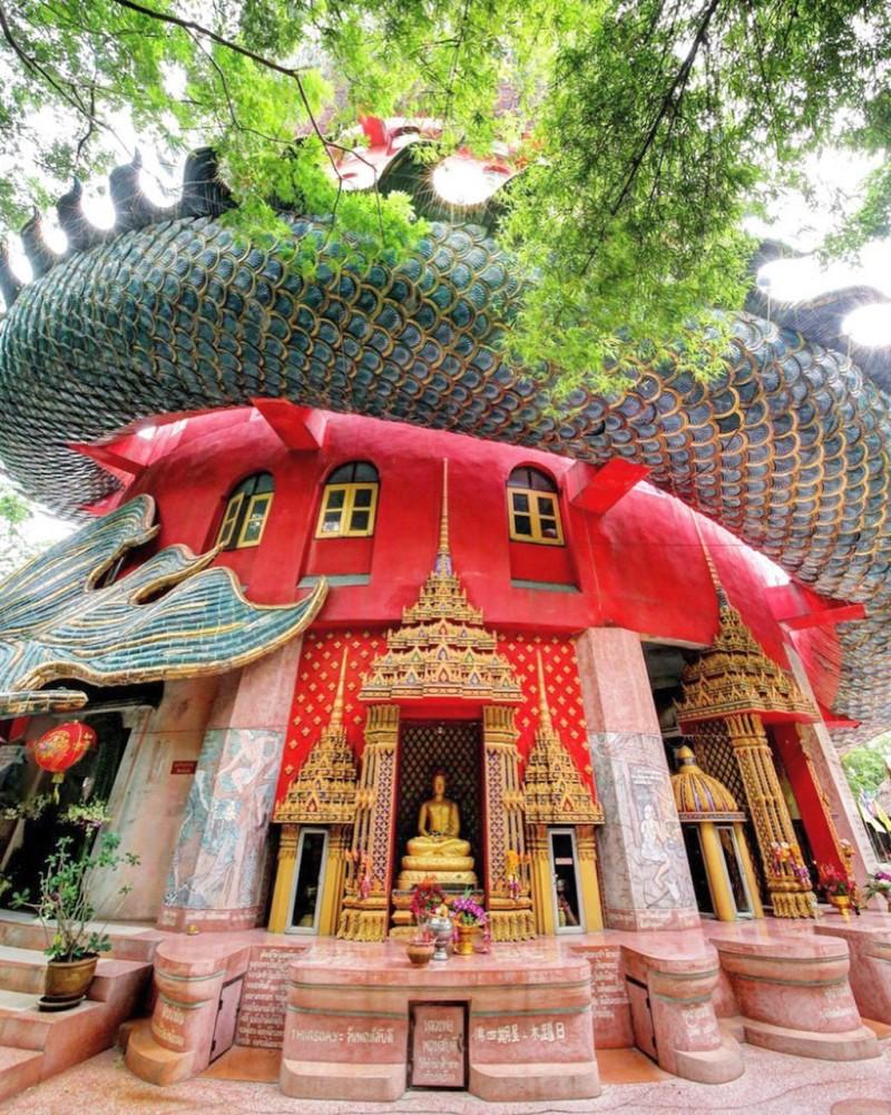 16. Bí ẩn đằng sau ngôi chùa hồng có rồng khổng lồ quấn quanh1