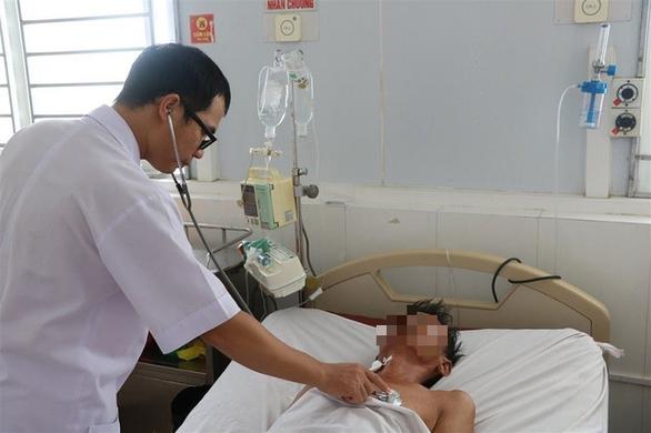 Bệnh nhân ở Hà Tĩnh đang được bác sĩ điều trị bệnh whitmore - Ảnh: DOÃN HÒA