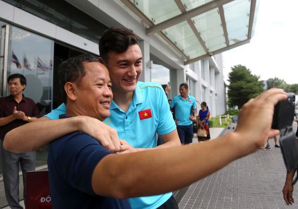 Trợ lý Lê Huy Khoa selfie cùng Văn Lâm trước khi chia tay - Ảnh: N.K.